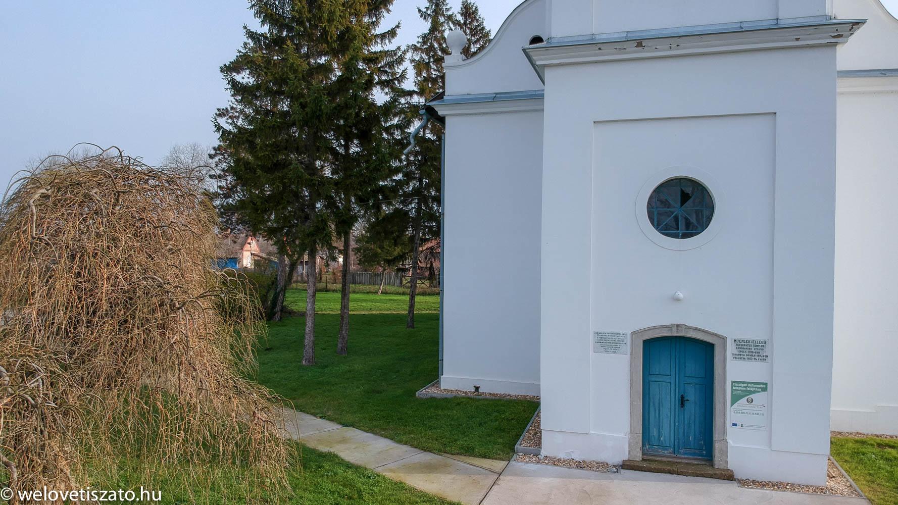 Tiszaigari református templom -felújított főbejárat