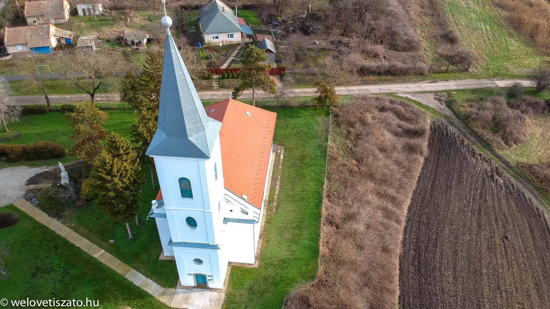 Tiszaigar református templom, az arborétum felé vezető út mellett