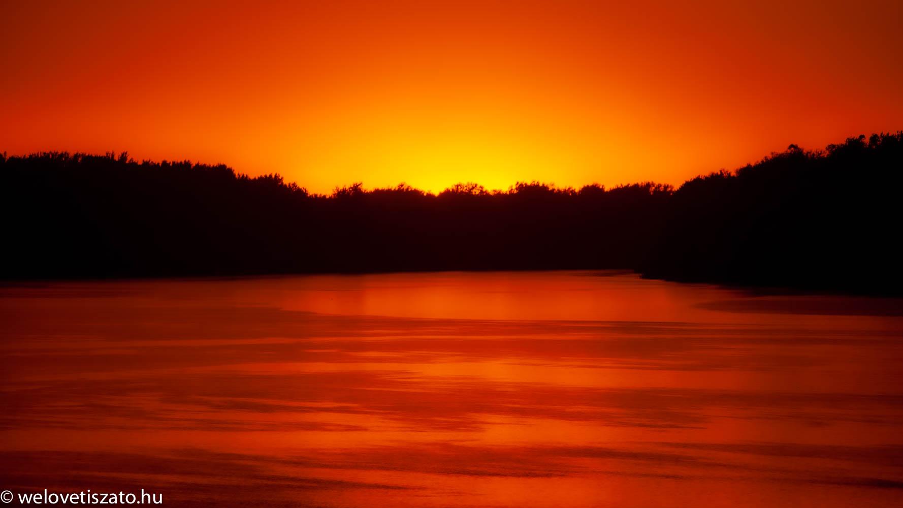Tisza-tó varázslatos napmenete fényei