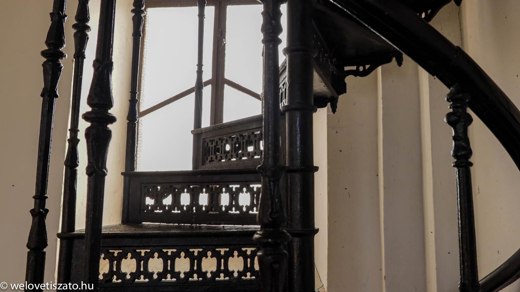 Tiszaörs története - karzatlépcső kovácsoltvasból