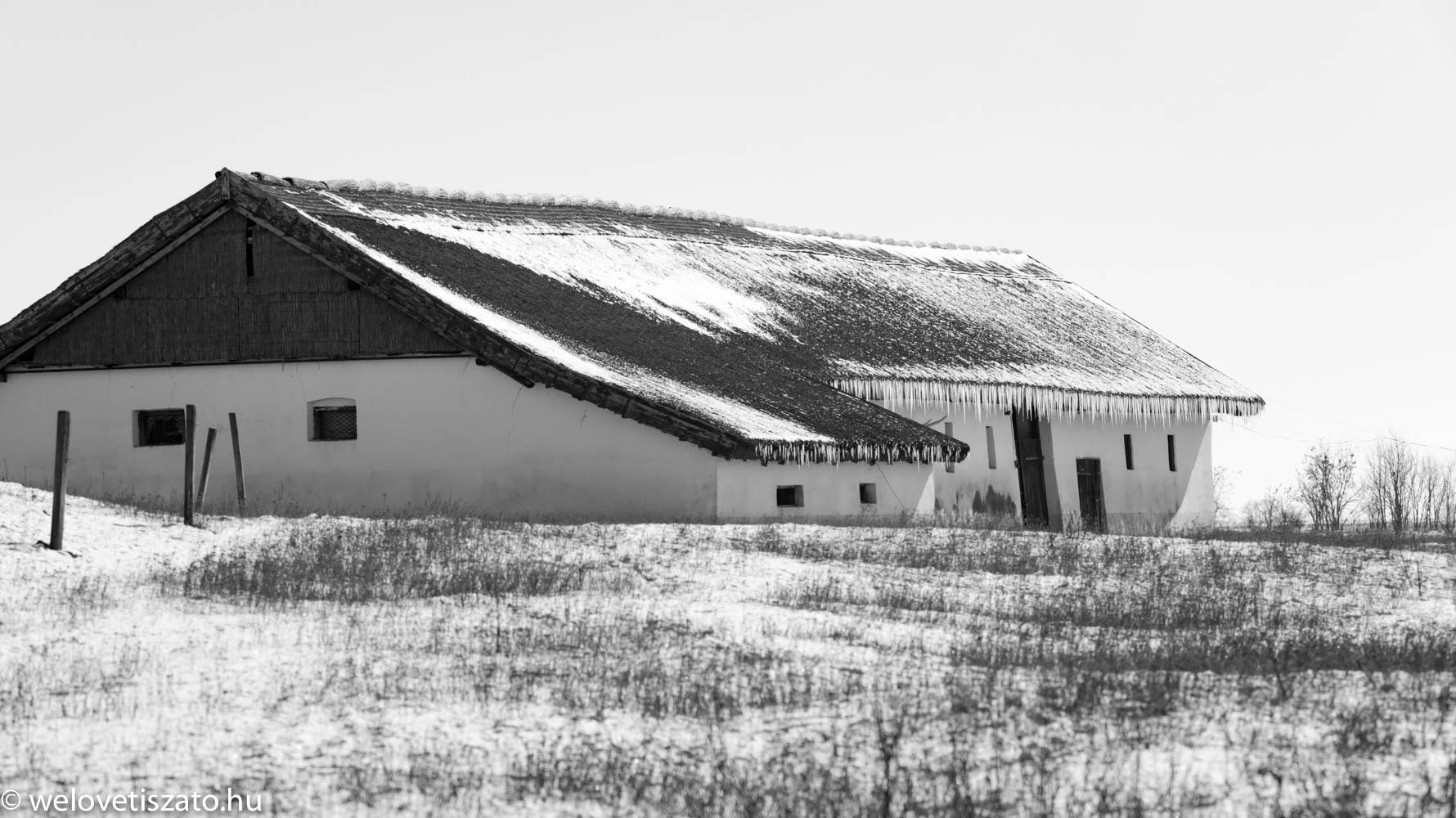Górés-tanya - jégbe fagyva